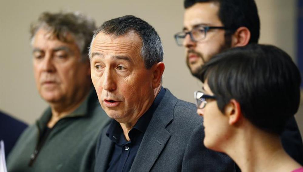 El portavoz parlamentario de Compromís, Joan Baldoví (c), acompañado de los diputados