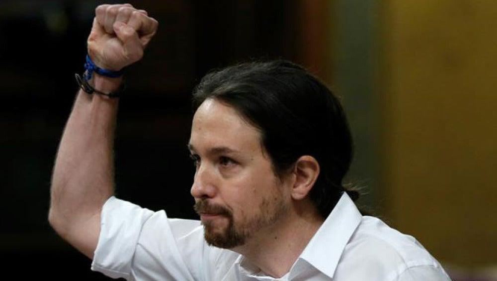 Pablo Iglesias, con el puño en alto durante la sesión de investidura
