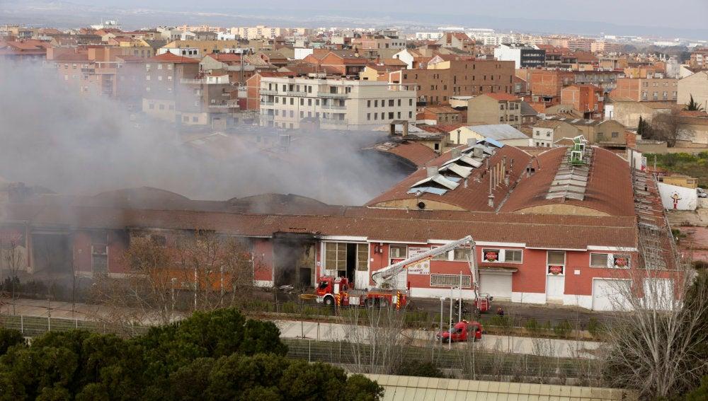 Vista de la fábrica durante el incendio