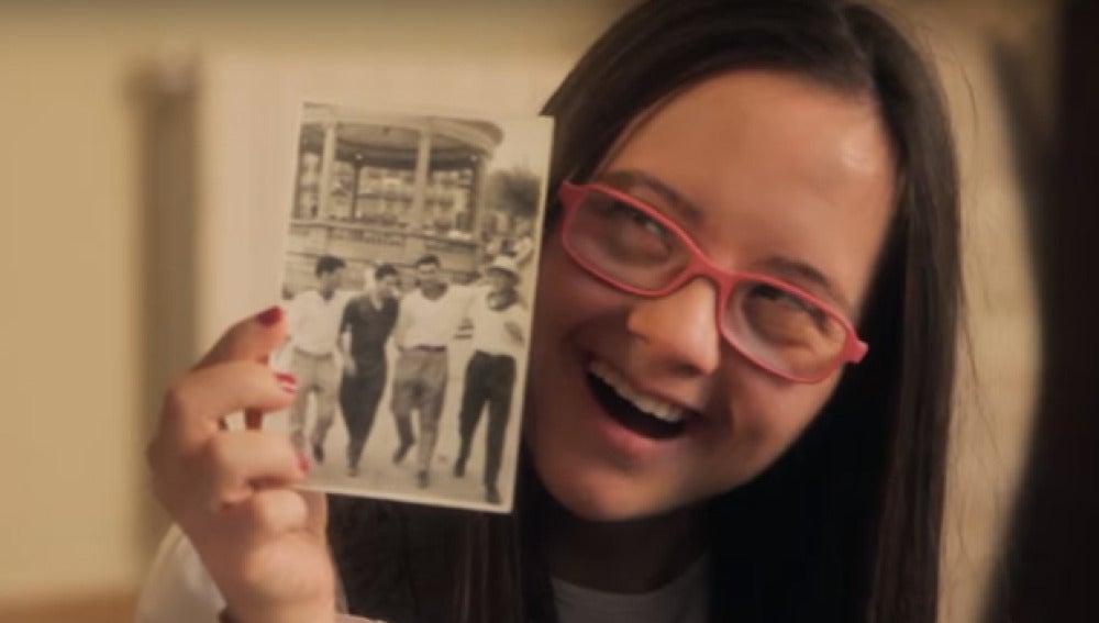Imagen de Sofía, la adolescente que ayuda a su abuelo a encontrar a sus amigos