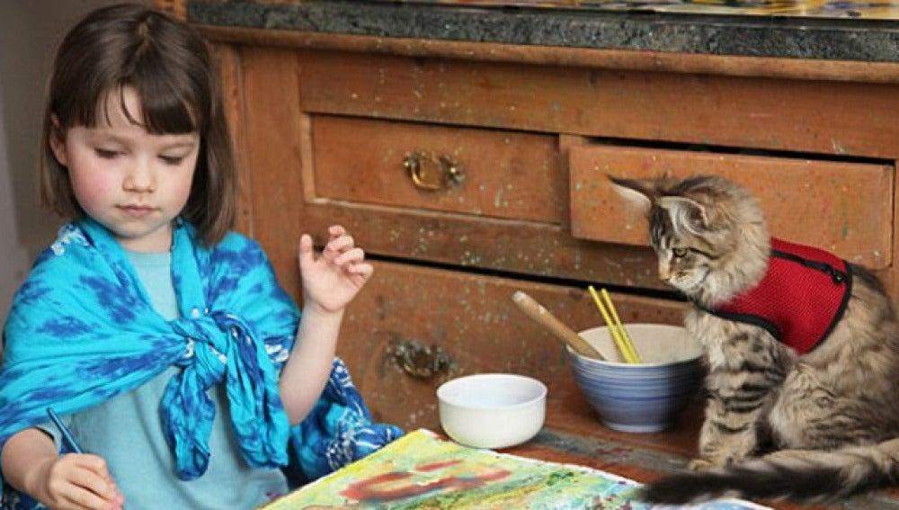 Imagen de la niña y la gata juntas