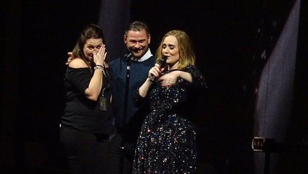 Imagen de Adele con la pareja en el escenario