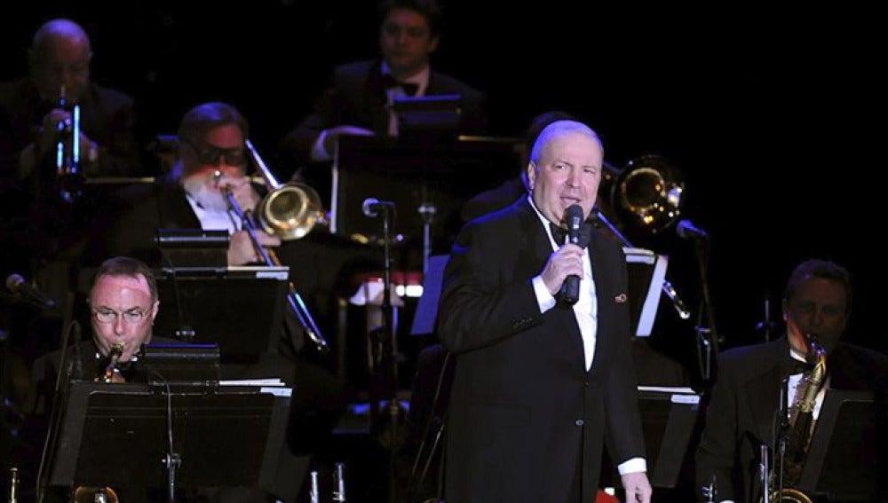 Frank Sinatra Jr. durante un concierto