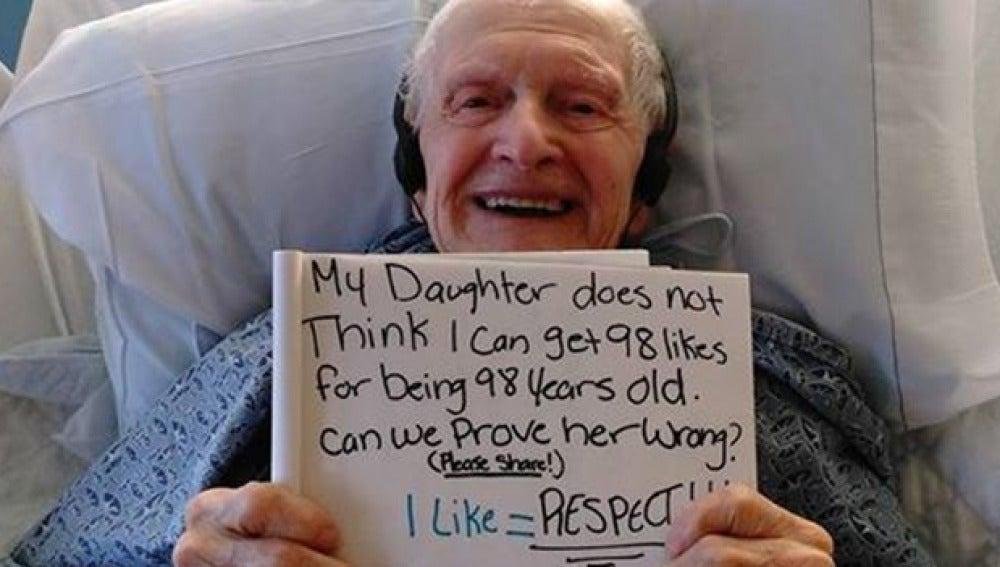Imagen del abuelo pidiendo los 98 'me gusta' en Facebook