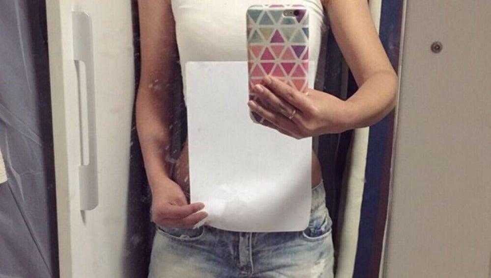 Oculta su cintura tras un folio