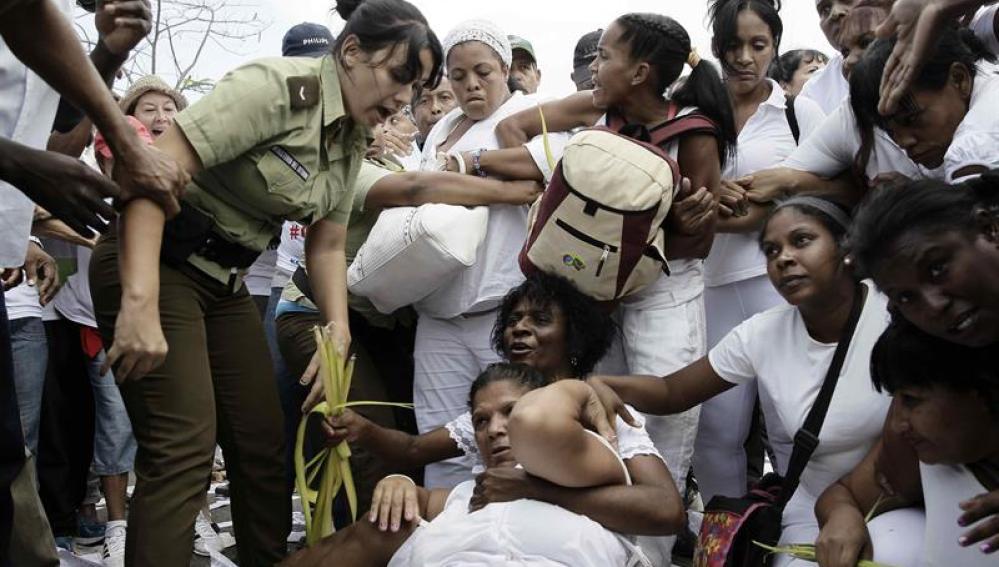 Arrestan a Damas de Blanco y opositores tras su marcha dominical en La Habana