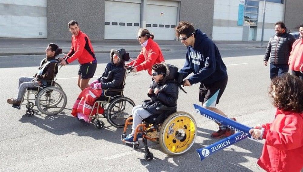 Luis Illán, Alejandra y Álvaro, practican con corredores voluntarios en Terrassa para la Maratón de Barcelona