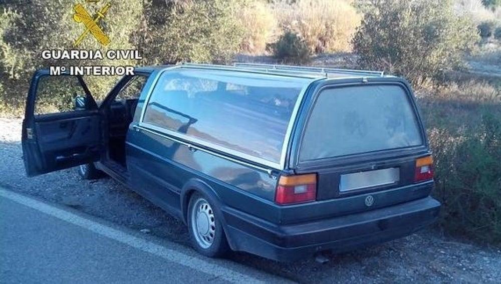El coche fúnebre en el arcén tras el accidente