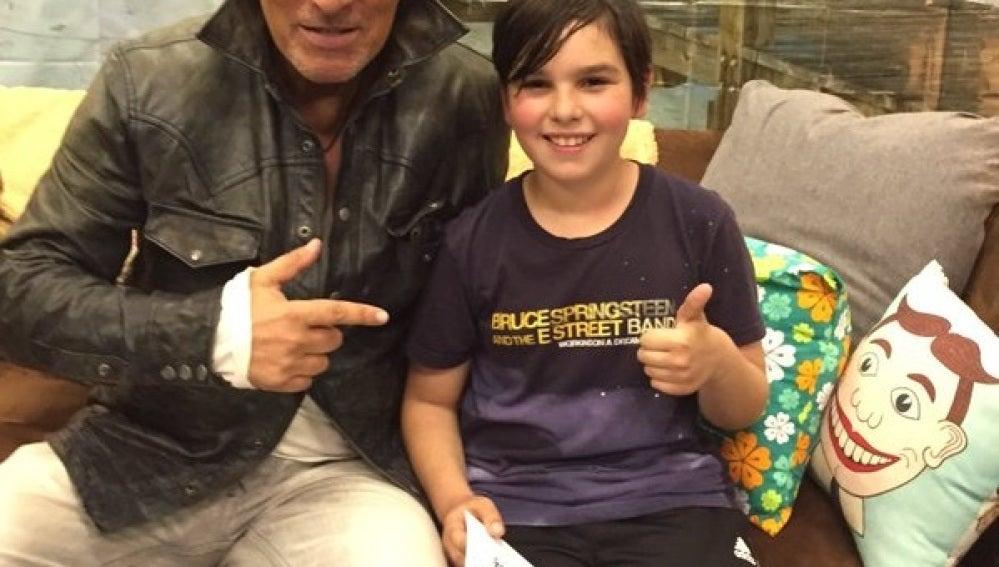 Bruce Springsteen posa junto a su fan