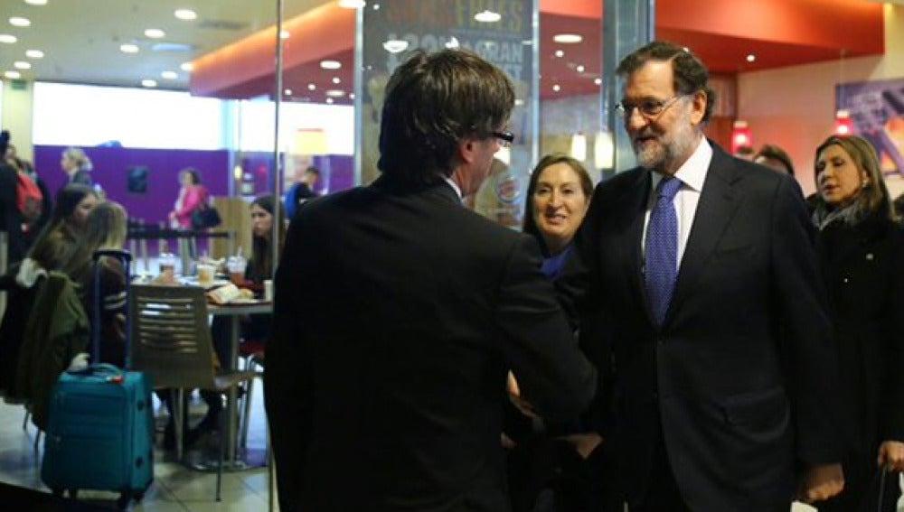 Imagen del saludo entre Rajoy y Puigdemont