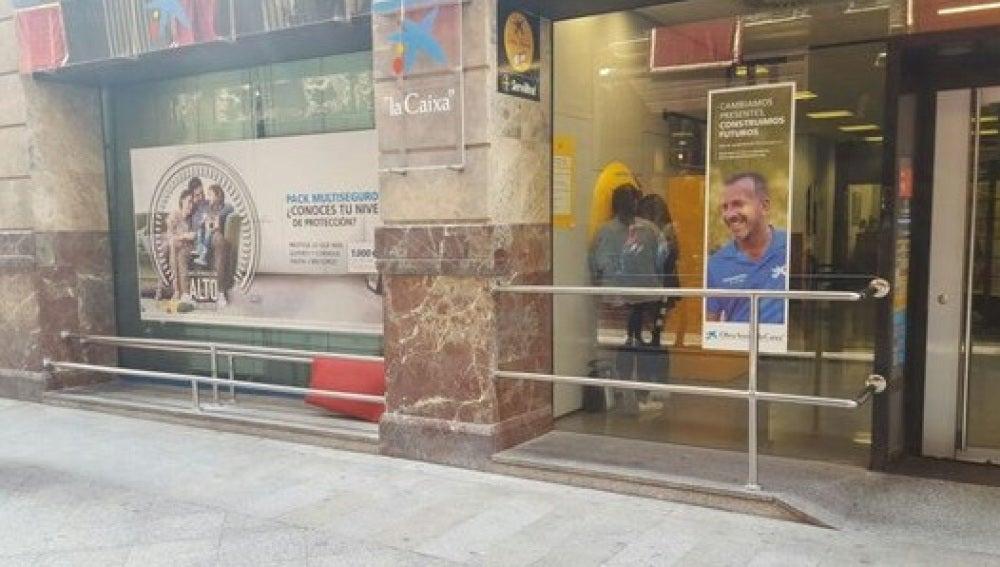 """La fachada del banco con los barrotes """"antimendigos"""""""