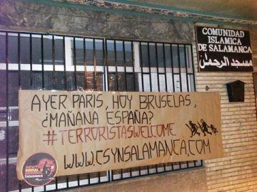 La pancarta colgada en el centro islámico de Salamanca