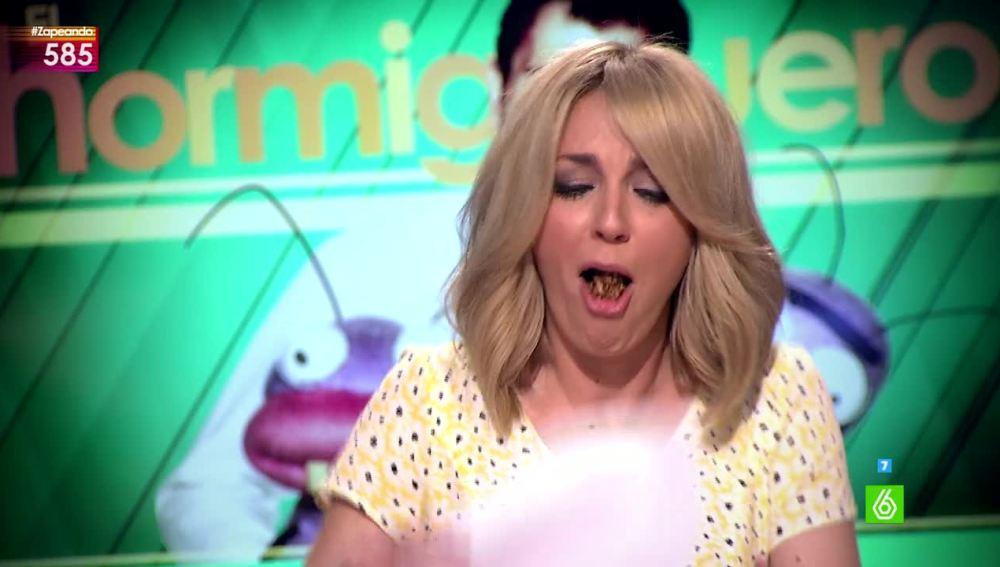 Anna Simon comiendo el bombon picante