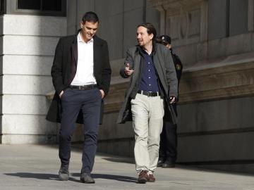 Pablo Iglesias y Pedro Sánchez, en su llegada al Congreso
