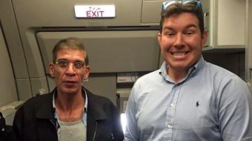 Un pasajero se hace fotos con el secuestrador