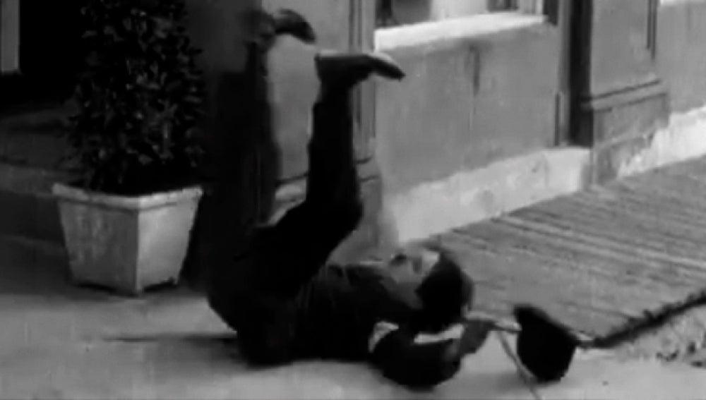 Imagen de Charles Chaplin en el suelo