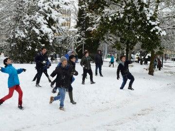 Varios niños juegan con la nieve