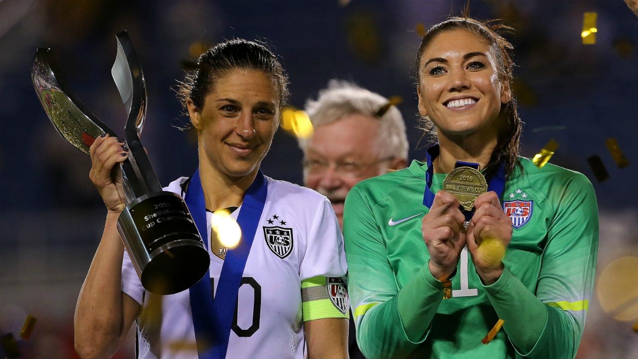 Carli Lloyd y Hope Solo celebran la victoria de EEUU en la copa 'SheBelieves'