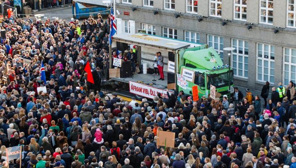 Manifestantes piden la renuncia del primer ministro islandés frente al Parlamento en Reykjavic