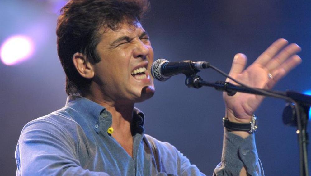 El cantante Manolo Tena durante un concierto