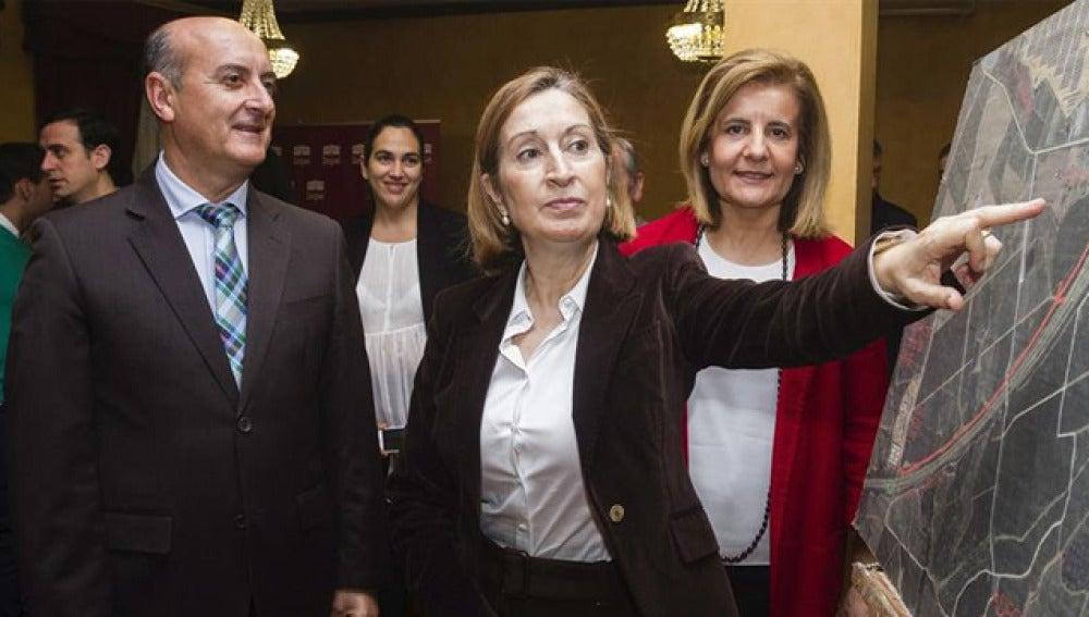 Ana Pastor con Fátima Báñez y Juan Manuel González, alcalde de Lepe