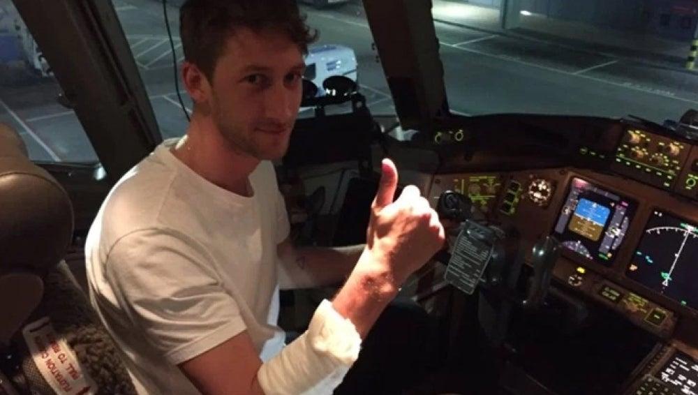 Chris McNerlin posando desde la cabina del avión