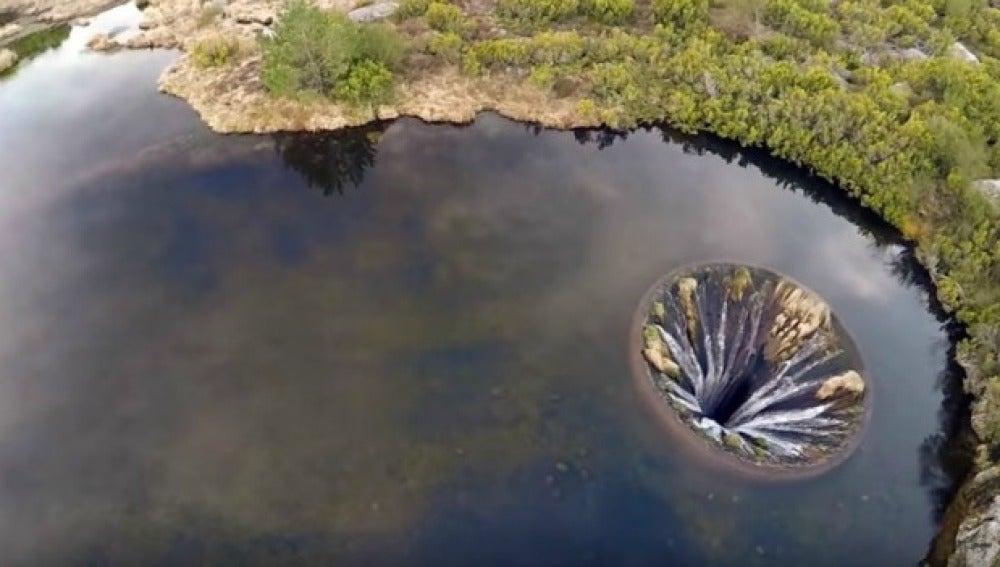Misterioso agujero en un lago de Portugal