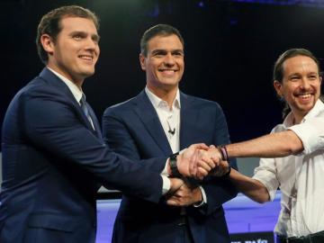 Saludo entre Pedro Sánchez, Albert Rivera y Pablo Iglesias.