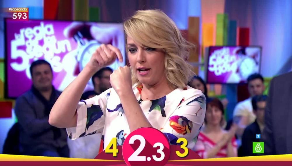 Anna Simon jugando al juego de los cinco segundos