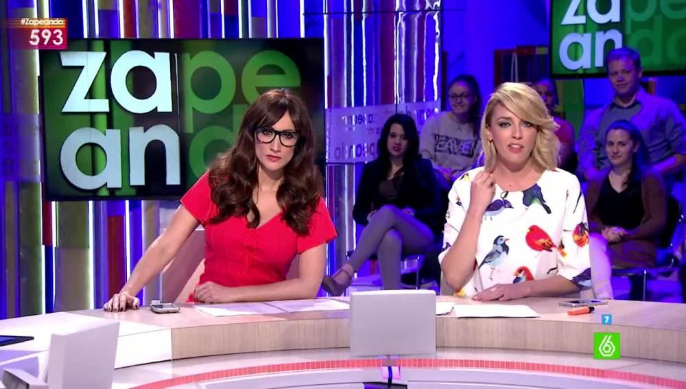 Anna Simon y Ana Morgade presentando el telediario erótico
