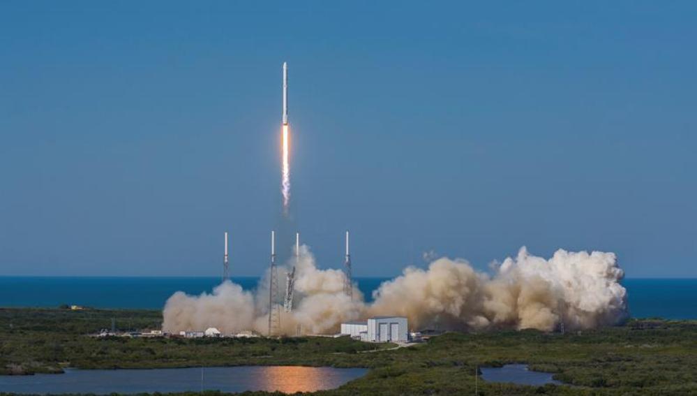 Space X lanza la cápsula Dragon hacia la Estación Espacial Internacional