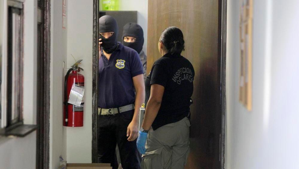 Agentes de la Policía Nacional de El Salvador registran las instalaciones de la oficina del bufete de Mossack Fonseca