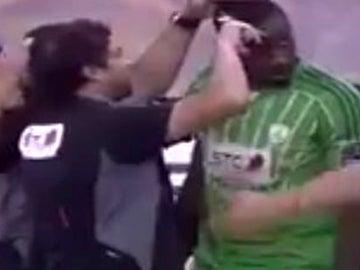 Un árbitro le corta el pelo a un jugador en Arabia