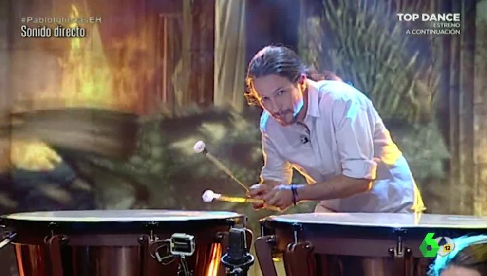 Pablo Iglesias tocando el bombo