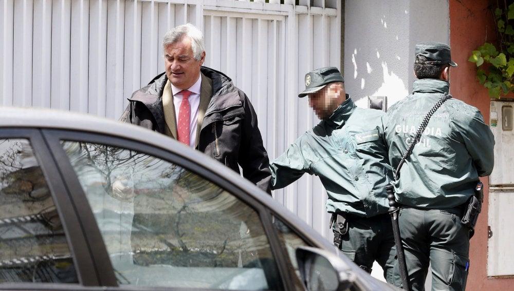 Ignacio Peláez, abogado de Mario Conde, junto a dos agentes de la Guardia Civil
