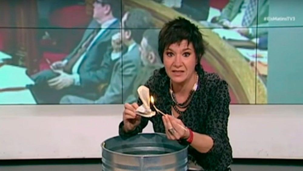 Una periodista de TV3 quema la Constitución Española en directo