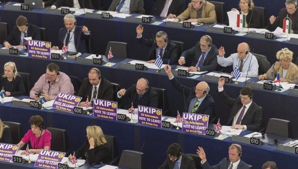 Los eurodiputados votan una propuesta durante una sesión plenaria del Parlamento Europeo, en Estrasburgo (Francia)
