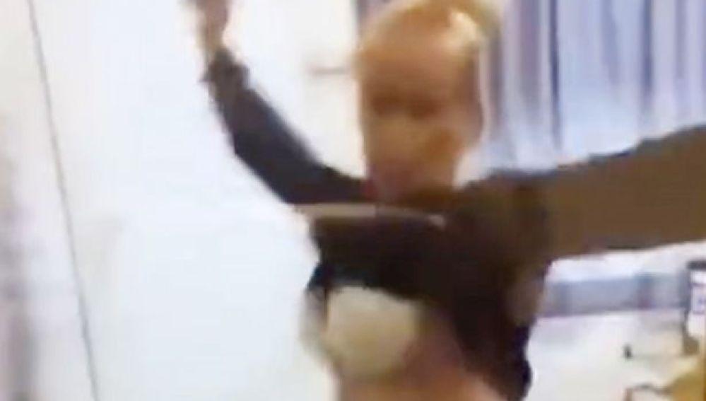 Imagen de la grabación de la profesora mientras muestra el sujetador