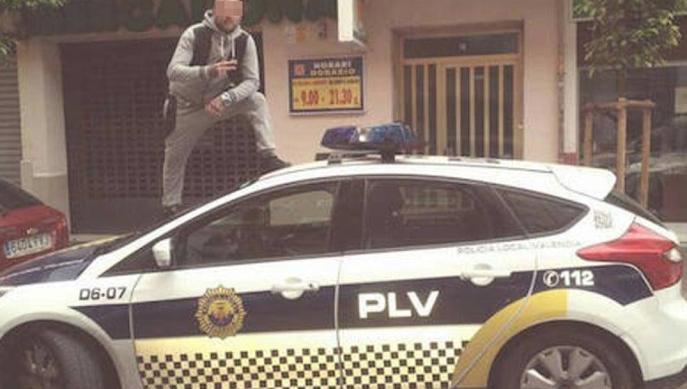 Imagen del individuo sobre el coche patrulla