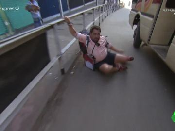 Pepe sufre una caída buscando transporte