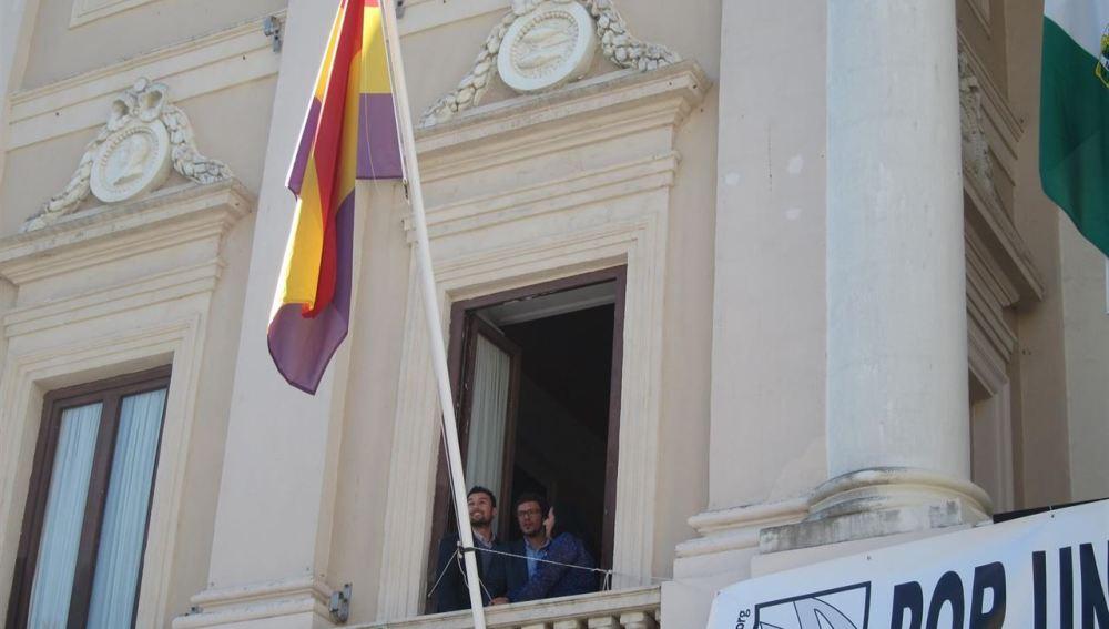 El alcalde de Cádiz defiende la legalidad del izado de la bandera republicana