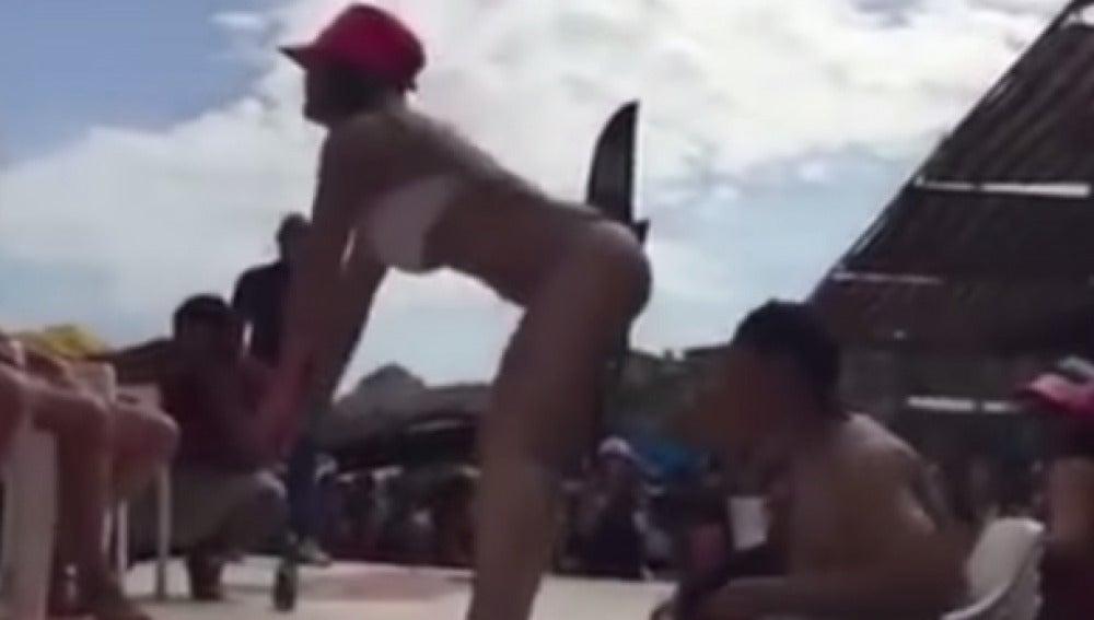 Captura donde la maestra bailaba para un chico