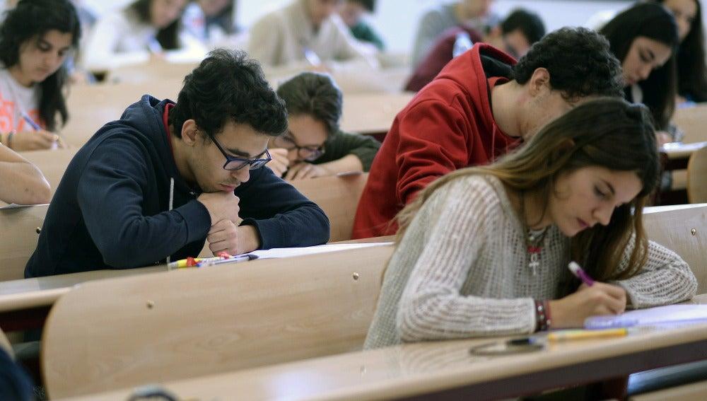 Estudiantes en un salón de clases