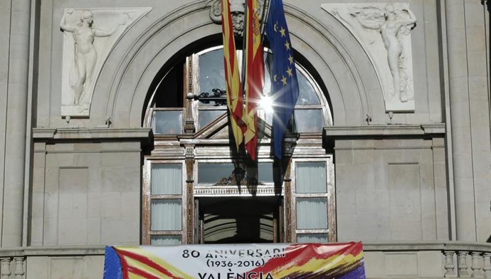 Pancarta de homenaje a la República en el Ayuntamiento de Valencia