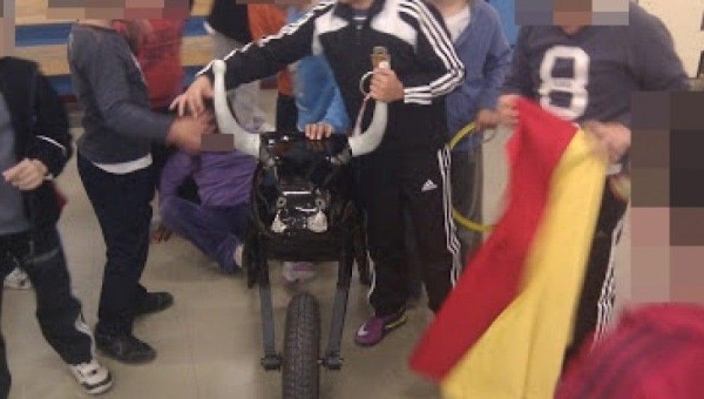 Alumnos del CEIP Camón Aznar con un carretón