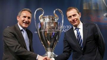 Txiki Begiristain y Butragueño posan junto a la Champions