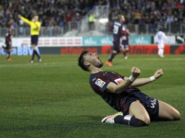 El delantero del Eibar, Sergi Enrich, celebra el segundo gol de su equipo ante la Real Sociedad