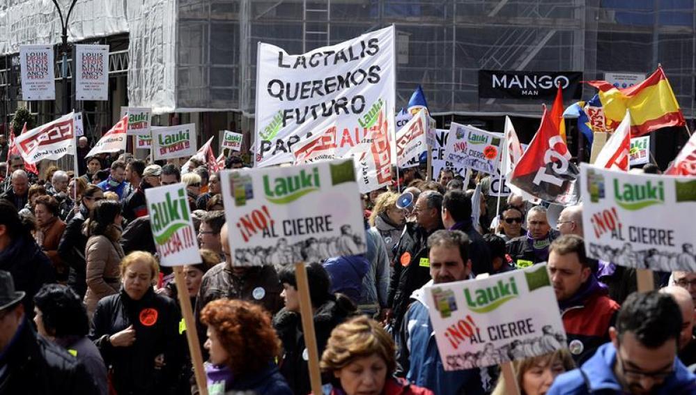 Miles de personas se manifiestan en Valladolid contra el cierre de Lauki y Dulciora
