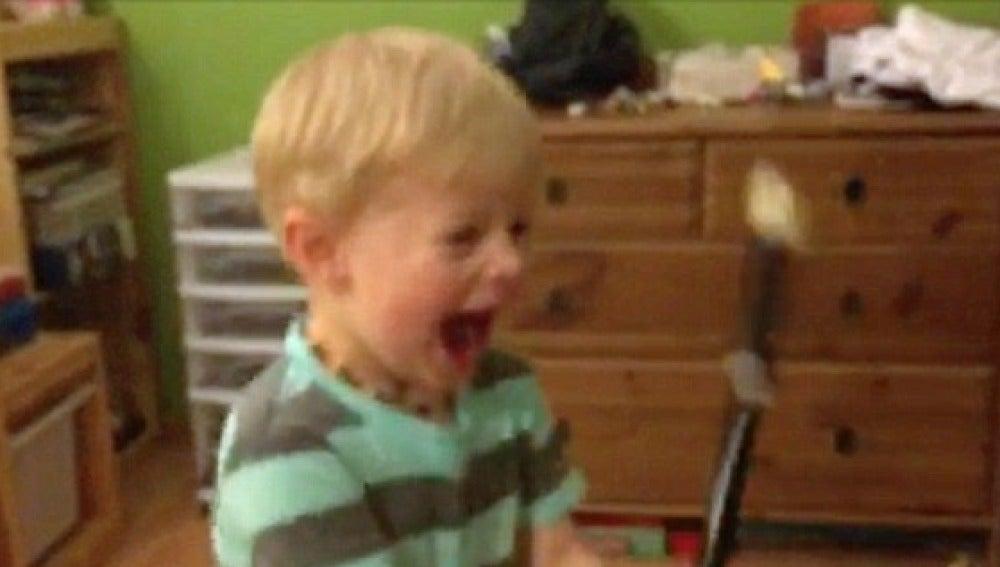 La divertida reacción de un niño sordo tras tocar la flauta por primera vez se vuelve viral