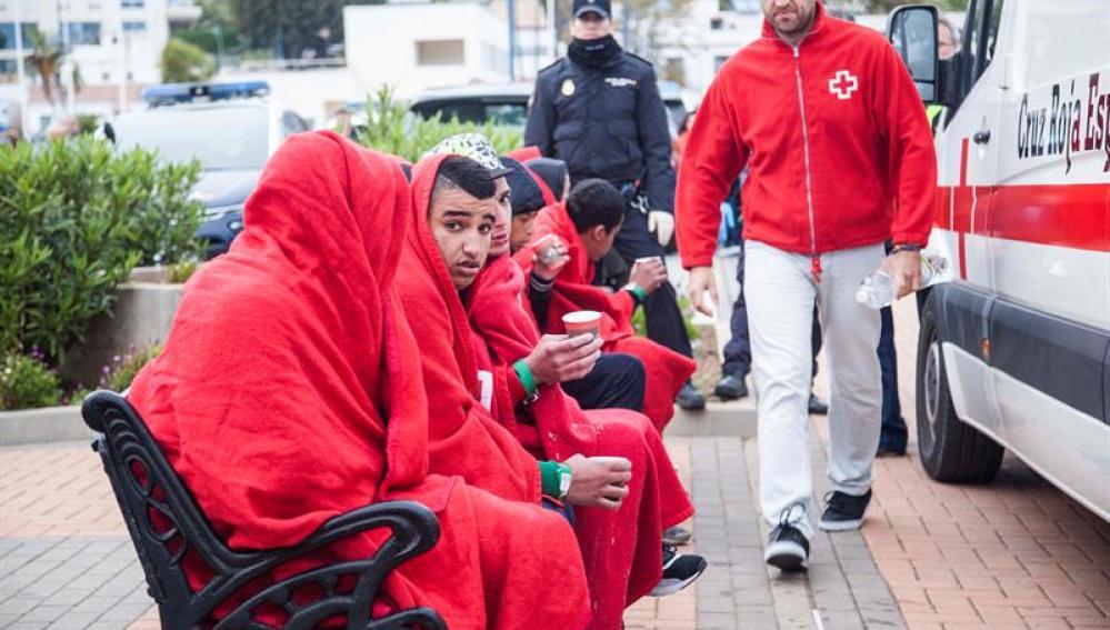 Los 21 inmigrantes de origen magrebí que viajaban en una patera, localizada y rescatada por Salvamento Marítimo